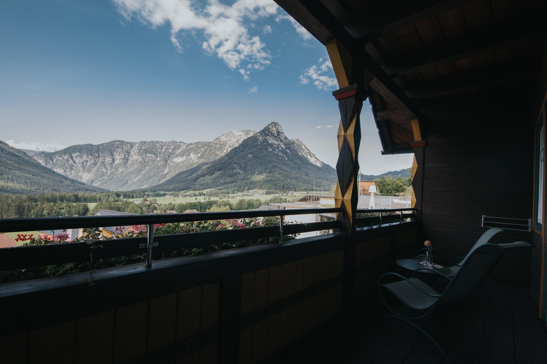 Aublick von der traditionellen WASNERIN auf die umliegende Bergwelt und dem Dachsteingletscher