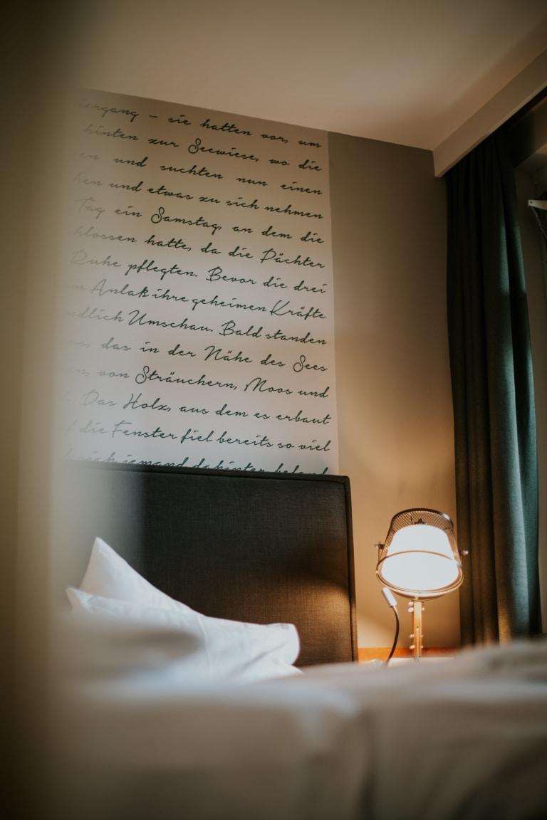 Literarisches Wand-Detail in der Hin&Weg Suite im Literaturhotel