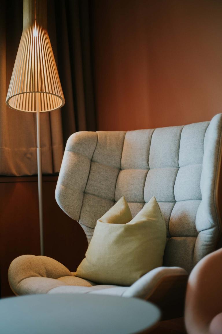 Wellnesshotel DIE WASNERIN gemütlicher Sessel im Doppelzimmer Loser