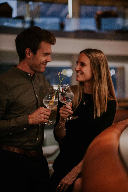 Paar an der Bar mit Cocktails in der WASNERIN