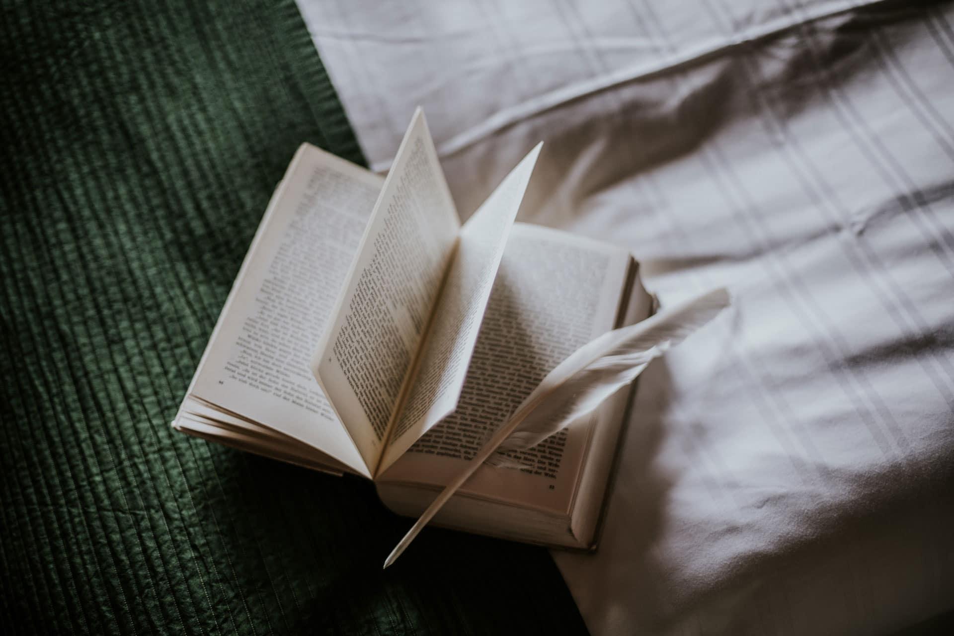 Offenes Buch auf Bett - Literaturhotel Die Wasnerin