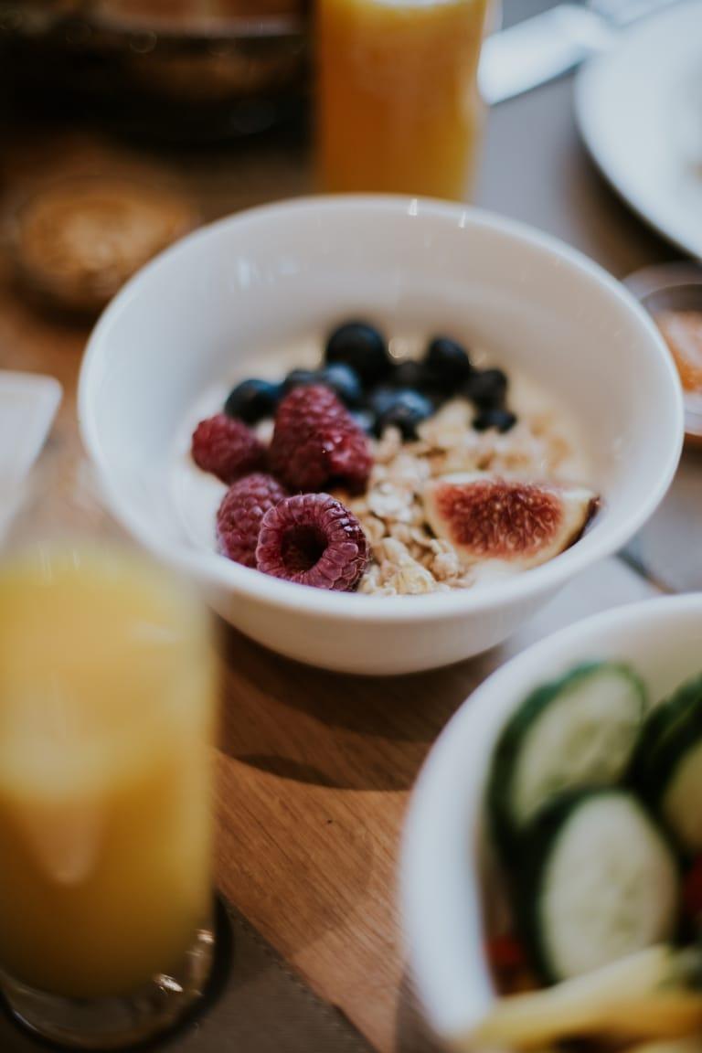 Vitales Frühstück mit veganen und vegetarischen Gerichten