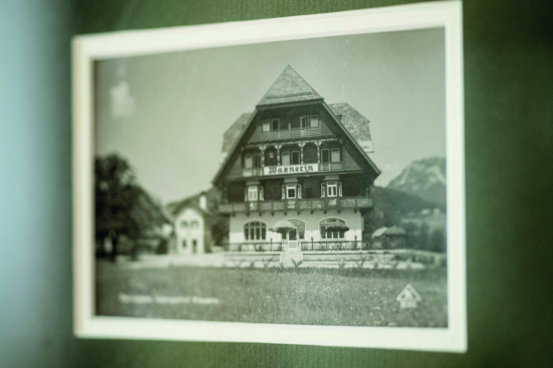 Foto von einer alten Postkarte mit der traditionellen Wasnerin
